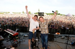 Jamie-Oliver-and-Alex-James-perform-at-The-Big-Feastival-photographer-George-Powell-LOW1